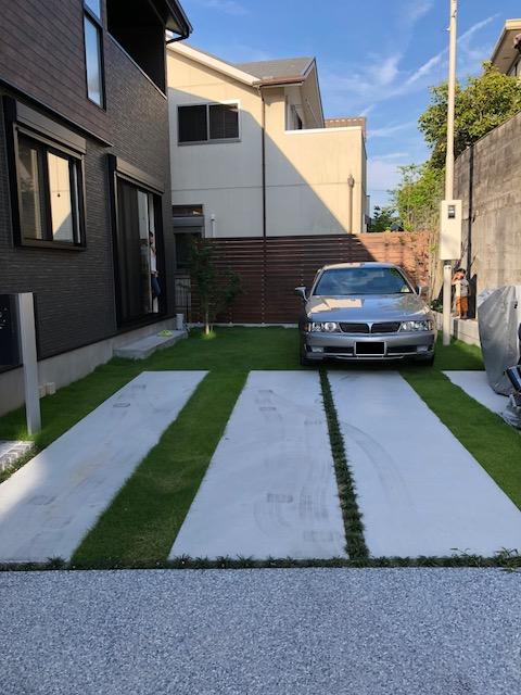 施工前はコンクリートと芝生のある駐車スペースでした