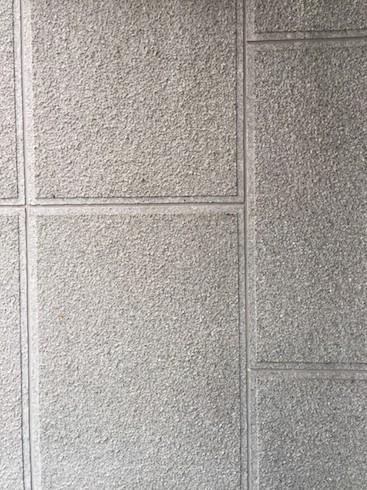 ビルの壁。タイルか天然石を貼付けてある?と思ったら吹き付け仕上げでした。