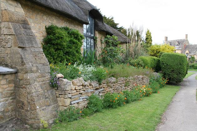 イギリスのドライストーンウオーリングで詰んだ花壇。