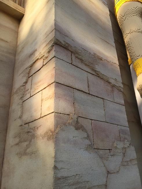 こちらもモルタル造形っぽい柱。大きくも小さくも自由自在。