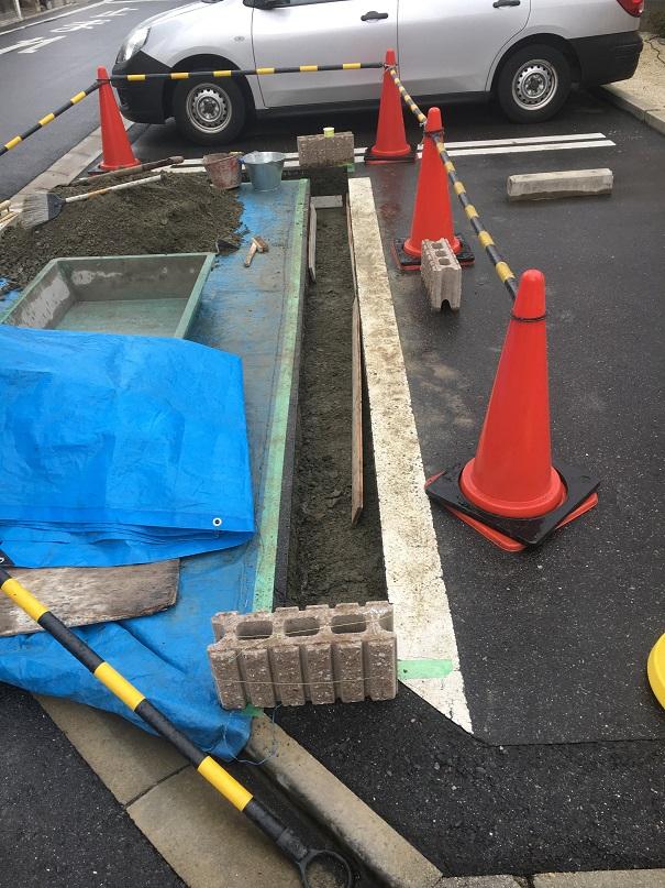 ブロックの基礎コンクリートを打つのに必要な幅をカット。