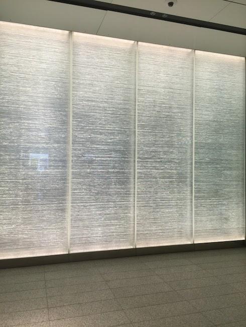 このJRゲートタワーの明るい壁は一体なに?