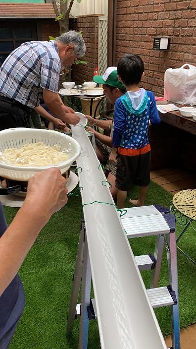 お庭で毎年恒例の流しそうめん!今年のそうめんマシンは雨樋で作成!!!