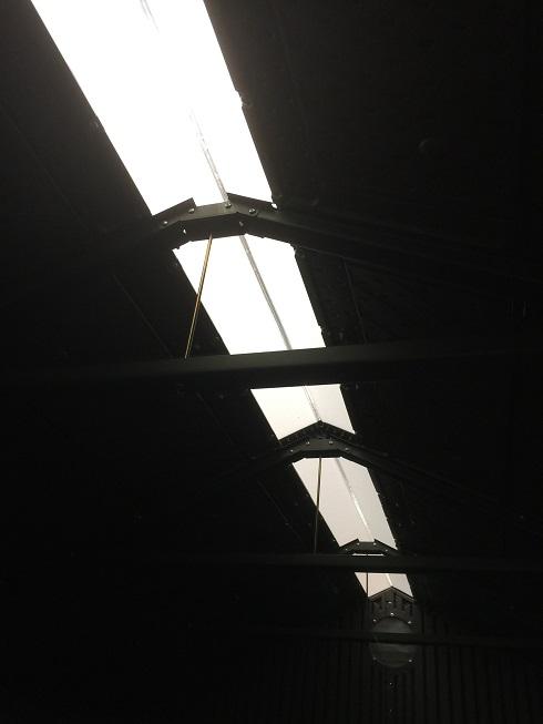 コストコ物置の中は天井部分から光が取れるようになっている。