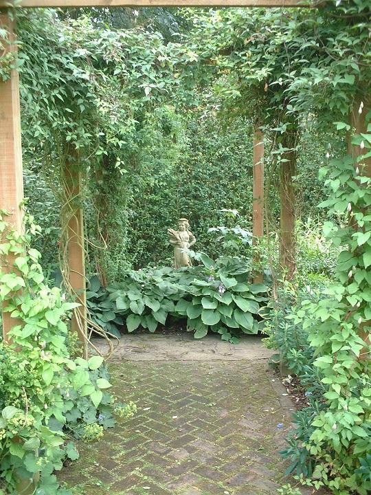 お庭のフォーカルポイントにはしっかりとした添景物を