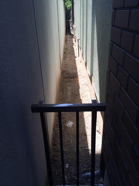建物の反対側。こちらも雑草の管理が大変。