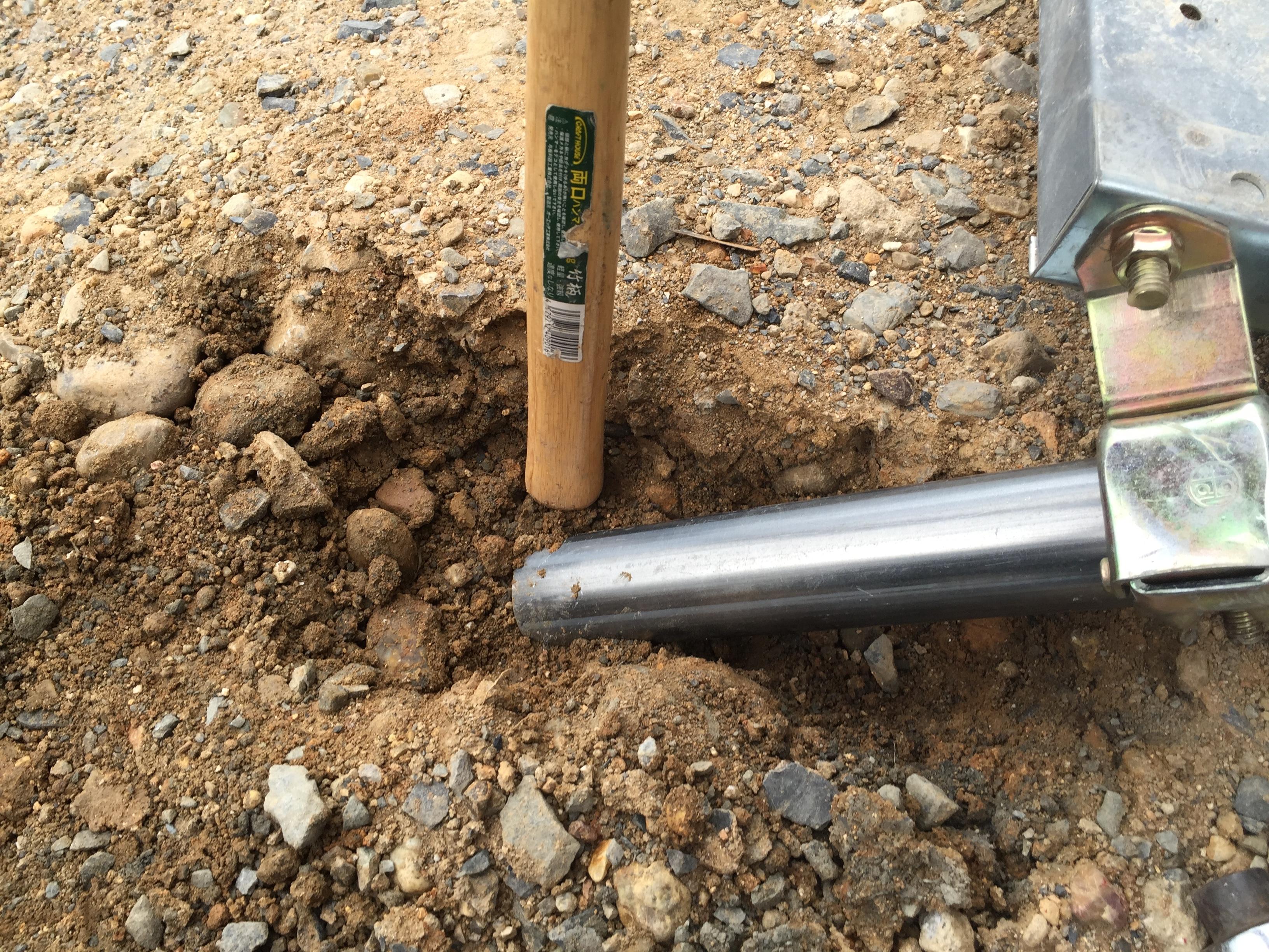 単管パイプの足元の土をしっかりとつき固めて固定する。