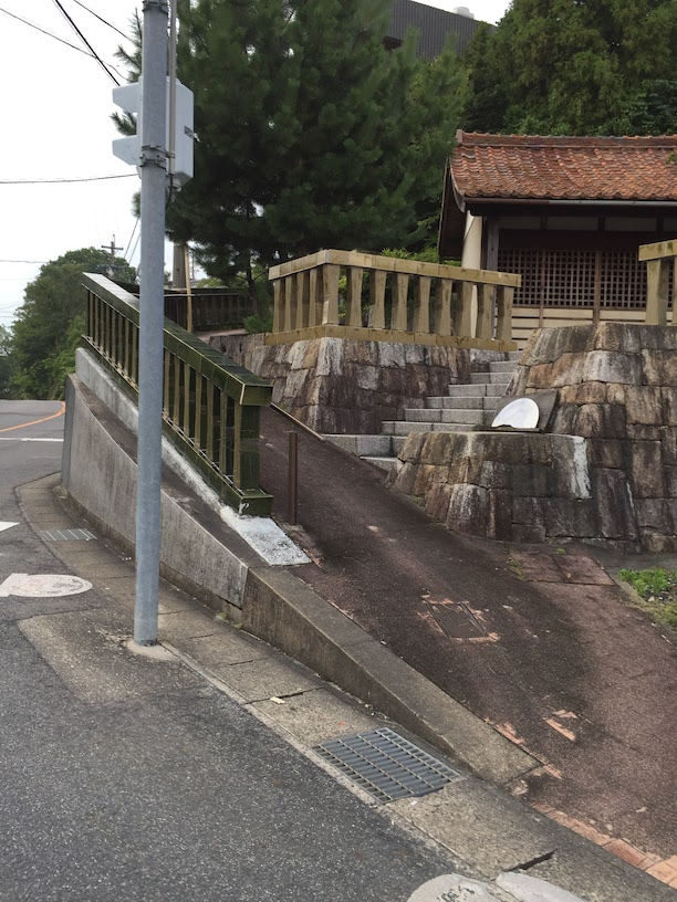 瀬戸の奥の方で発見した神社の手すり。陶器で出来ている。