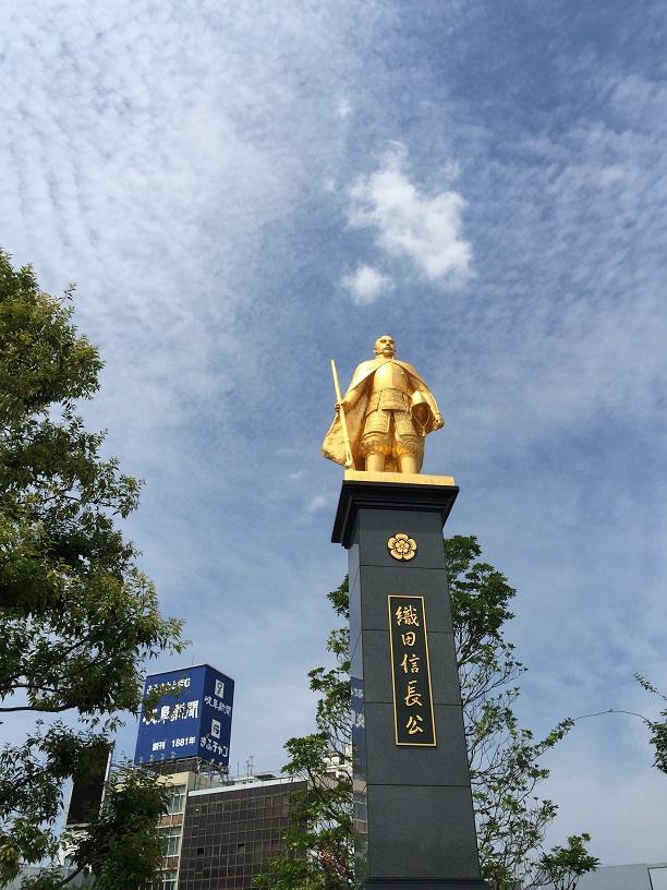 岐阜の駅前に有る黄金の信長像。これはすごい!