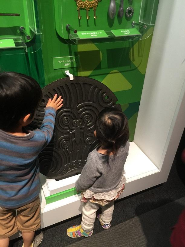 子供達もアメンボのマンホール蓋に興味津々
