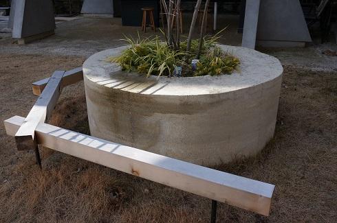 版築で作った花壇。版築の花壇の縁が大きいのにも理由があるぞ!