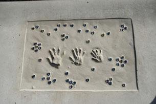 コンクリートに刻んだ記念の手形!!!思い出になりますね!!!