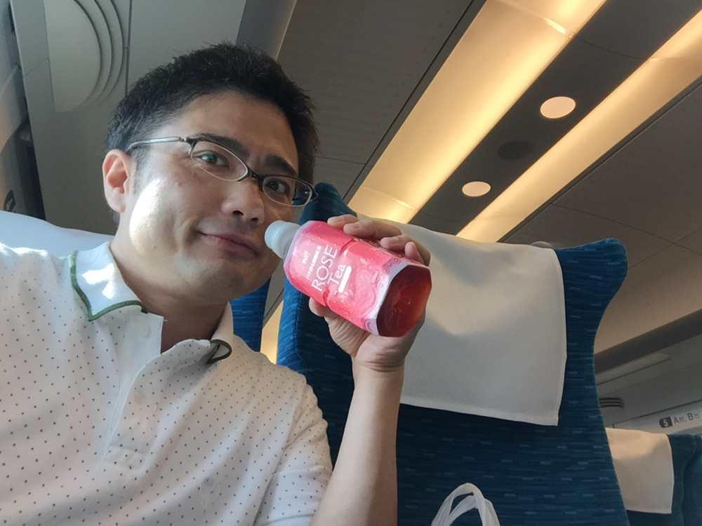 新幹線の社内でローズティーをたしなむガーデンドクター柴ちゃん