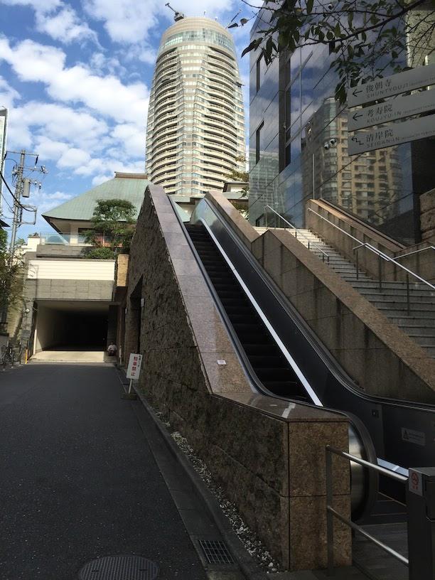お寺さんにもこんな凄いエスカレーターがついている。東京は凄い!!!