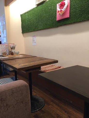 SinCafeさんの店内は人工芝がインテリアに使ってありアットホームな雰囲気