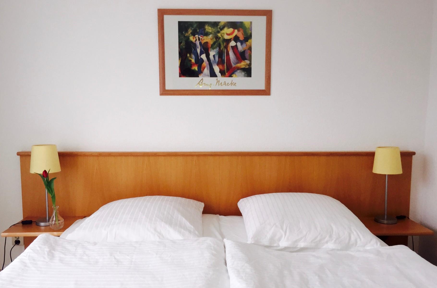 Das gemütliche Schlafzimmer mit großem Bett.