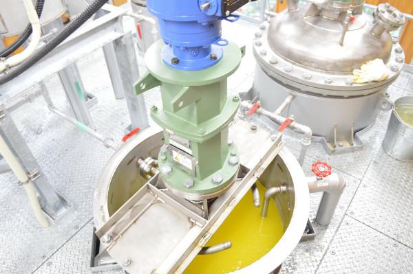 7.アルカリ溶液を入れ原油の中の酸を取り除き湯洗いを行います