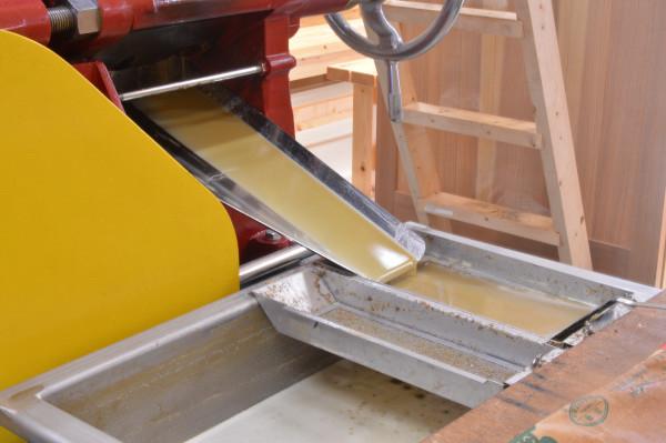 5.圧搾機により絞られ、椿油の原液が出てきます