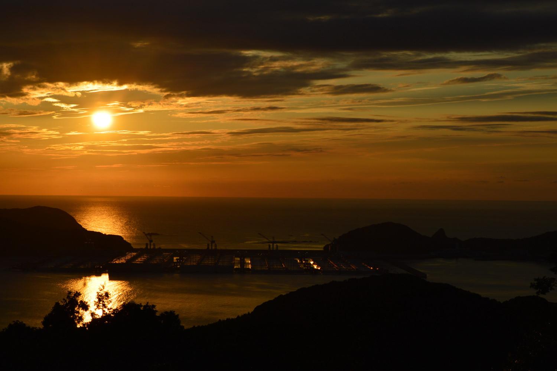 石油備蓄基地と夕日
