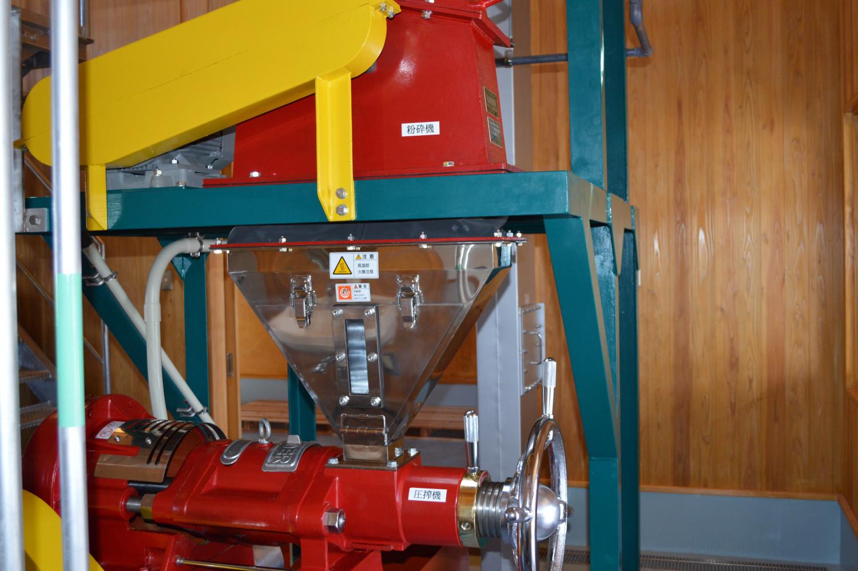 4.上の粉砕機で種が砕かれ、圧搾機により油が搾られます