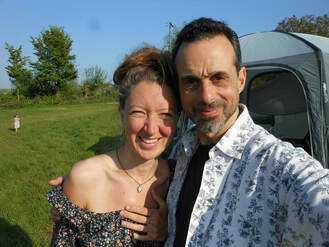 艾米.羅(Amy Lou)和米開蘭基羅(Michaelangelo Raiano)攝於英國格拉斯頓伯里城(Glastonbury)第一屆祖傳家園聯誼會  (編按:艾米為訪問者)