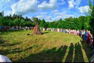 大伙圍聚在準備燃燒的營火邊,慶祝夏至的來臨。