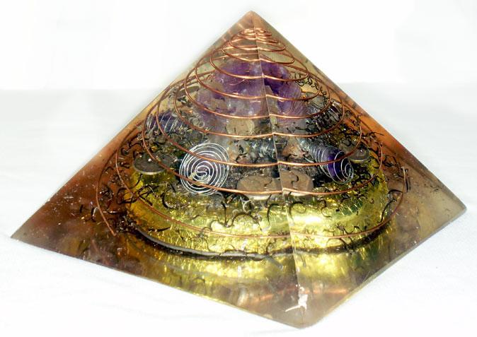 Pirámide con 5 amatistas grandes, espirales de cobre y plata