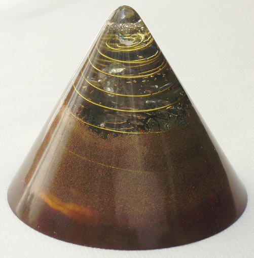 generador de orgon 'cono' altura 12 cm  1 cristal de cuarzo cristalino y 4 cristales biterminados