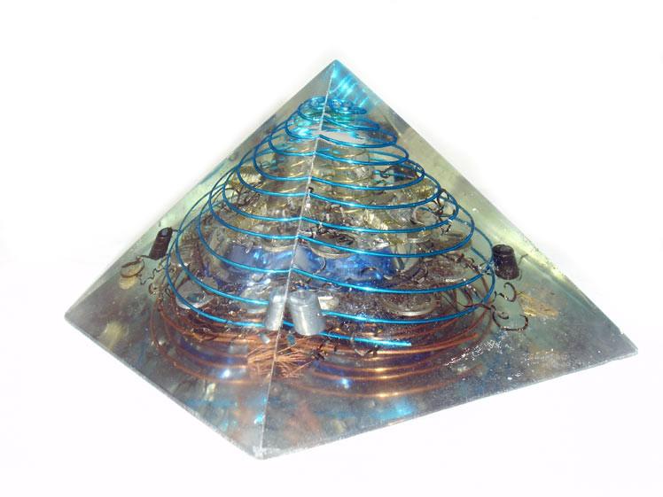Pirámide Azul  12 x 18 x 18 cm cuarzo biterminado grande plus cuatro cuarzos biterminados cristalinos