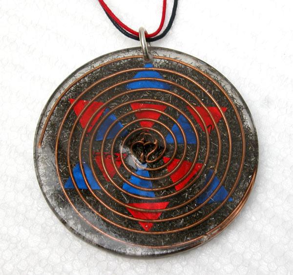 amuleto de orgonite con mándala en estrella de chapa de estaño roja y azul