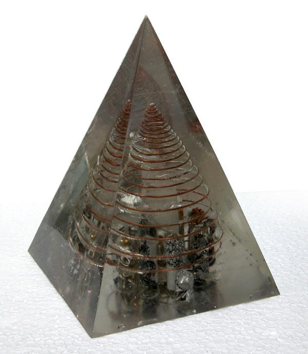 Pirámide 'Kabbalah' 32 x 20 x 20 con 12 alrededor de 1 compartimientos de nueve metales diferentes