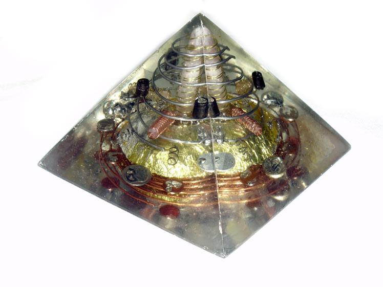Pirámide de Cuarzo Rosa  12 x 18 x 18 cm  Cuarzo rosa grande plus cuatro cuarzos rosas biterminados y figuras de ángeles