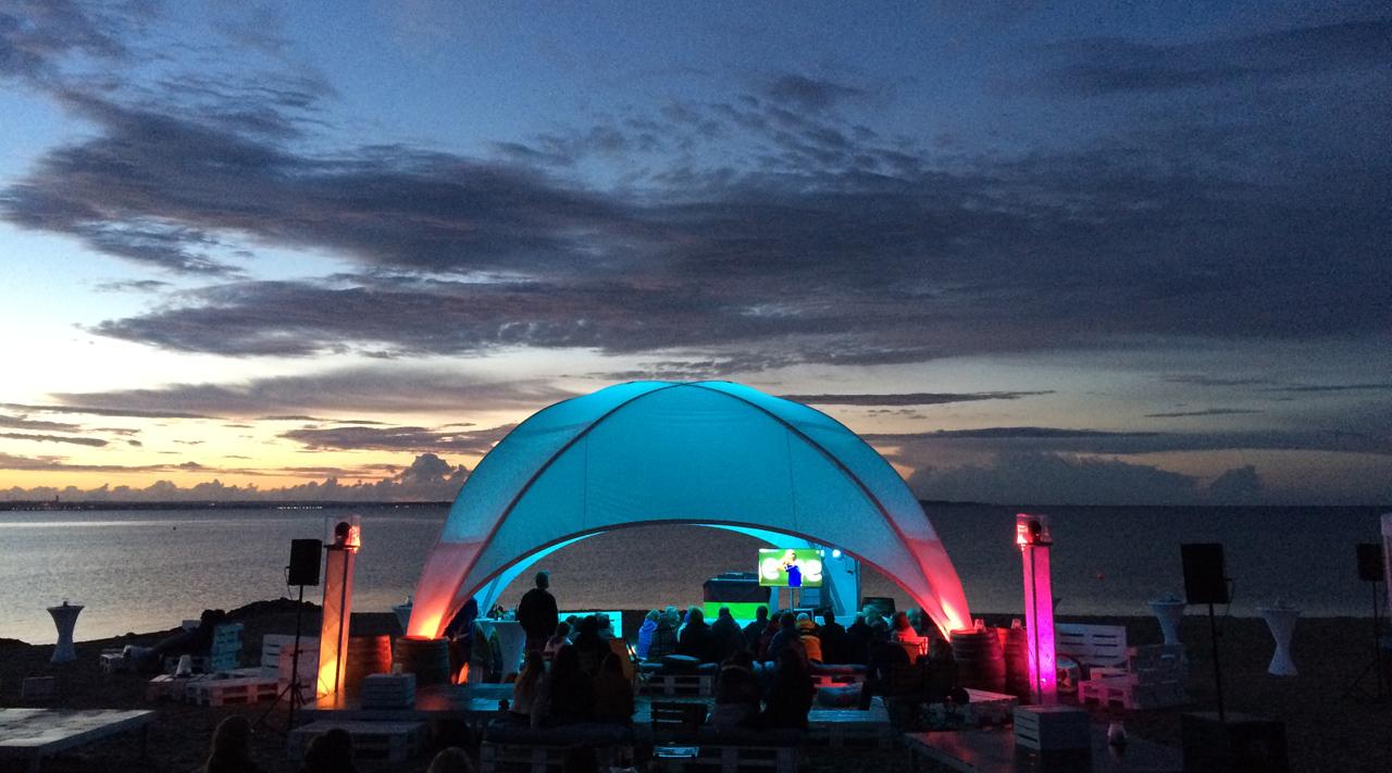 Strandklub bei Nacht