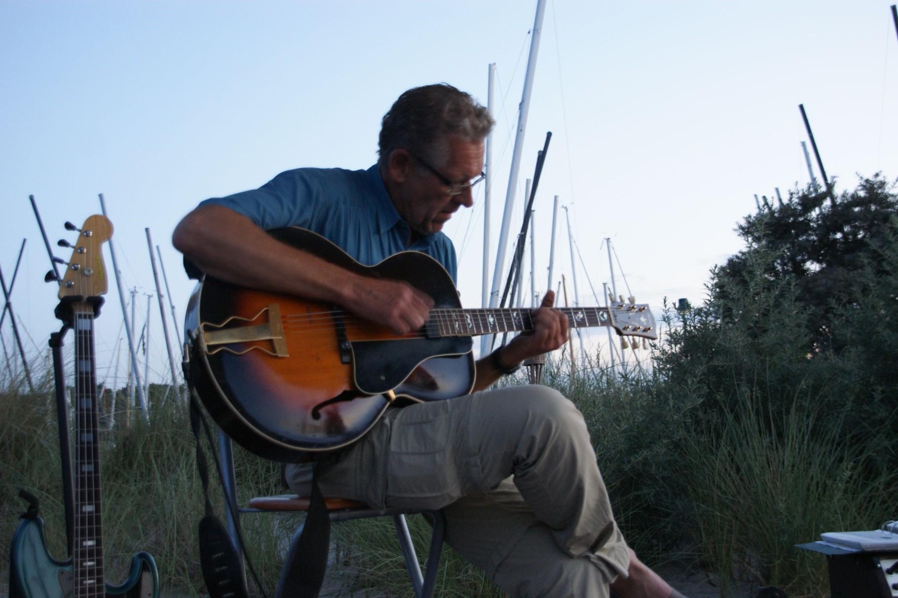 riff-Inhaber Holger Krall in Spiellaune