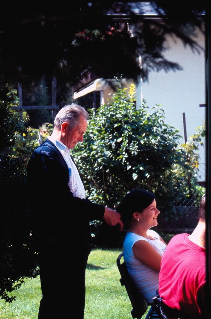 Beim Ausflug nach Baumgarten - Otto als Friseur (c) Manni Mair