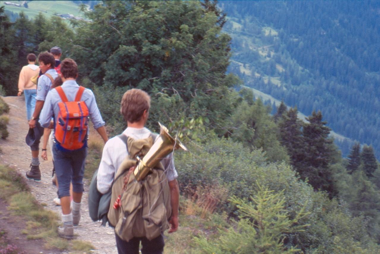 Beim Abstieg von der Gipfelmesse (c) Manni Mair