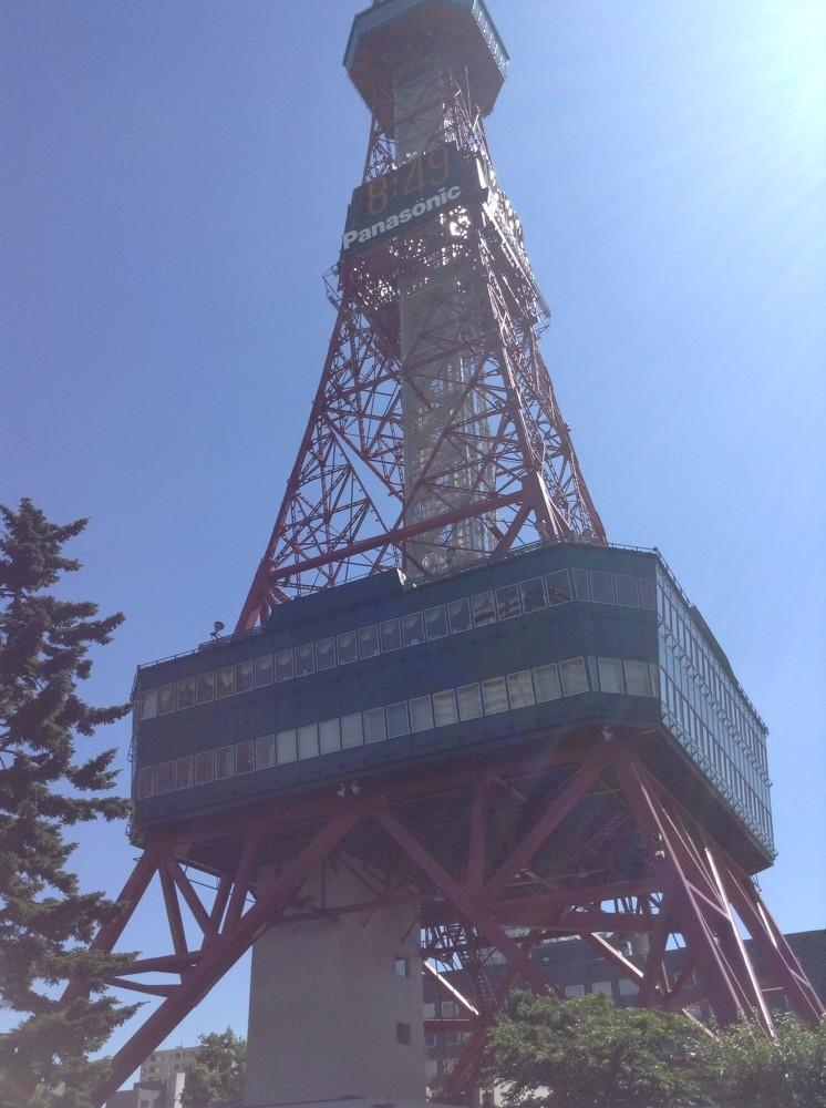 テレビ塔の下で