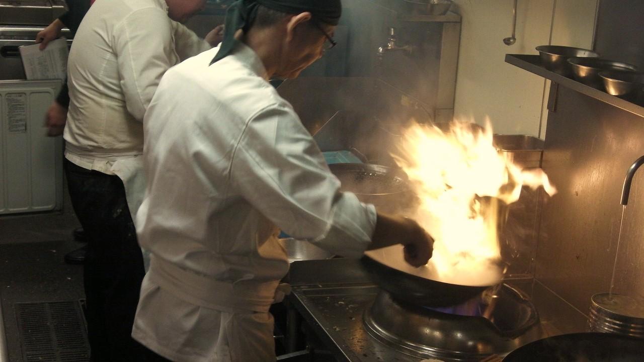 ダイナミックな火の料理! 強火で旨みを閉じ込めます。