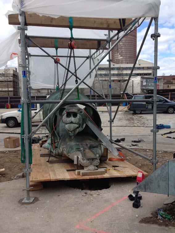 dépose de l'ensemble devant la gare Part Dieu, Ipousteguy (collaboration métallerie DUREL, restaurateurs F. Barbet, V. Pillard)