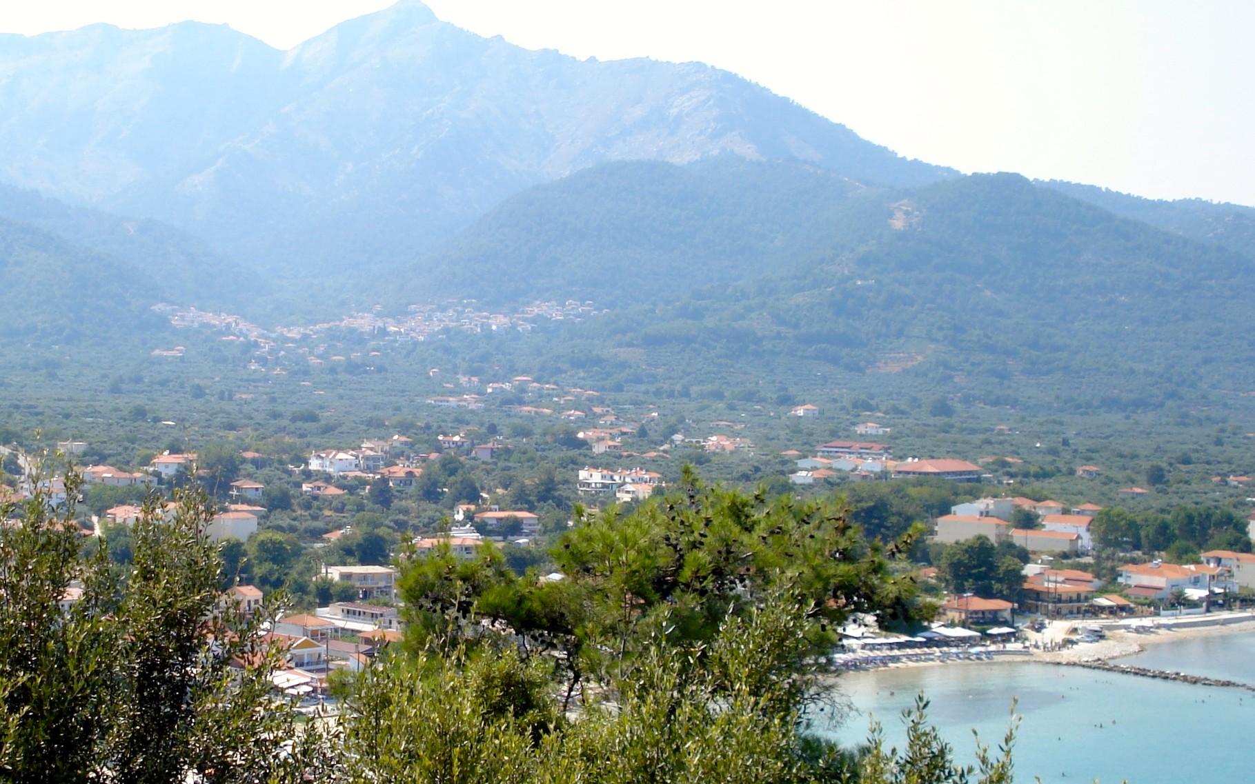 Vue d'un village entrer mer et montagne