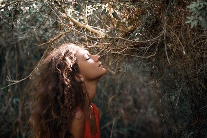 junge Frau in Trance vertieft