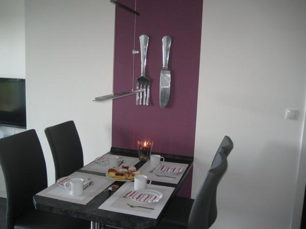 Der Esstisch bietet Platz für vier bis fünf Personen.