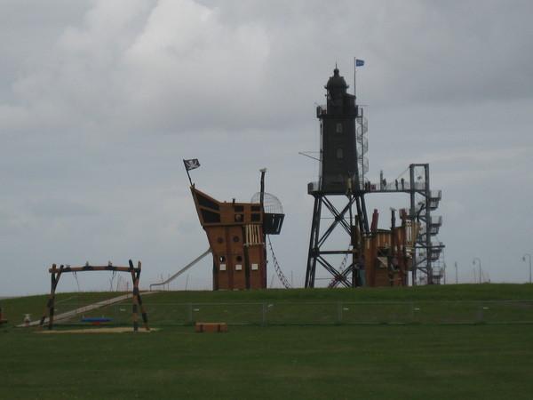 Piratenspielplatz an der Leuchtturmwiese mit Liegen und Trimmgeräten