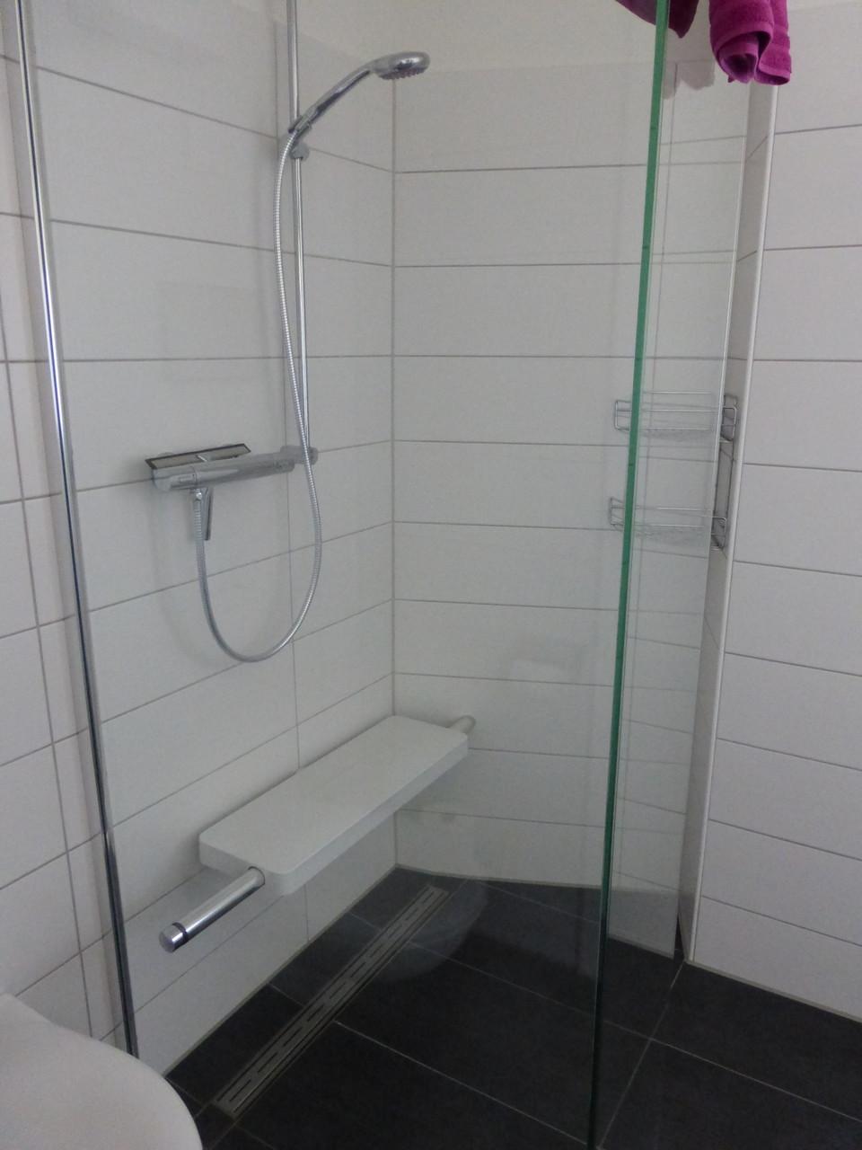 Bodengleiche Dusche mit festem Sitz