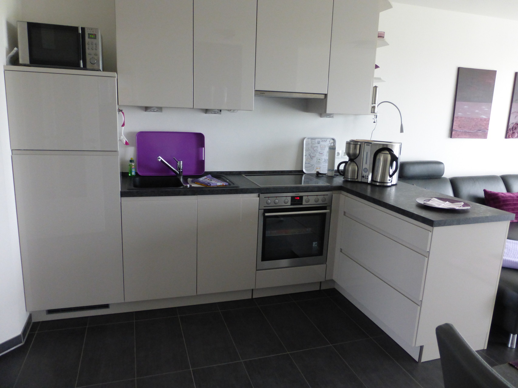 Moderner, sehr gut ausgestatteter Küchenbereich
