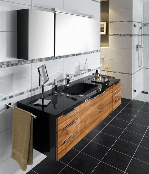 Die geschickte Auswahl an Materialien und Farben werten jedes Bad auf