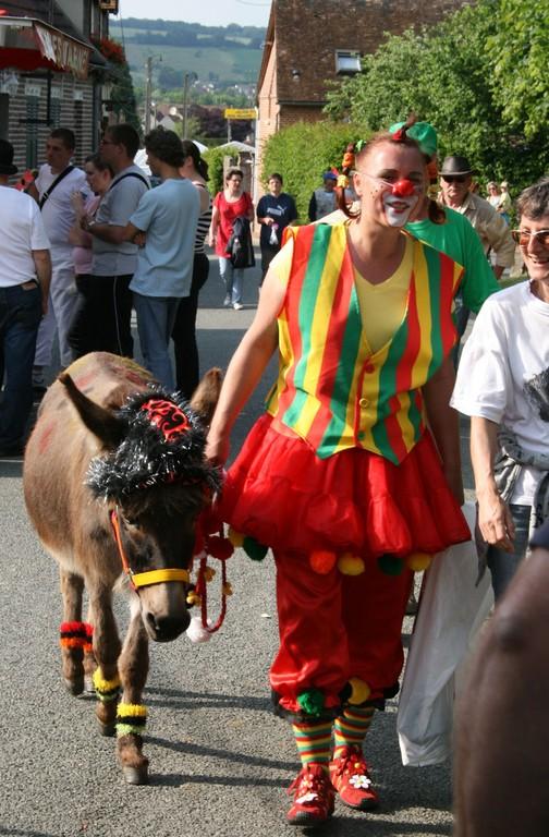 (F) Aux Marais am 14. Juni 2009: Umzug durchs Dorf mit Eselstute Masl-tow, Clown Judith und Freundin Rosi Schweizer, Foto: Marisa Hafner