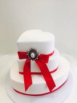 Tarta de boda corazones con lazo rojo de Dulce Dorotea