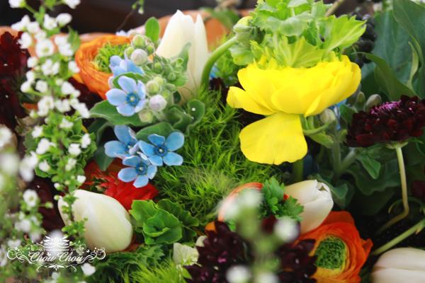 花を見つけ、摘み集めるように