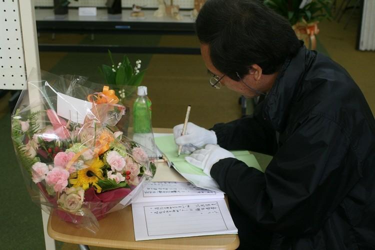 著書にサインをする後藤さん。